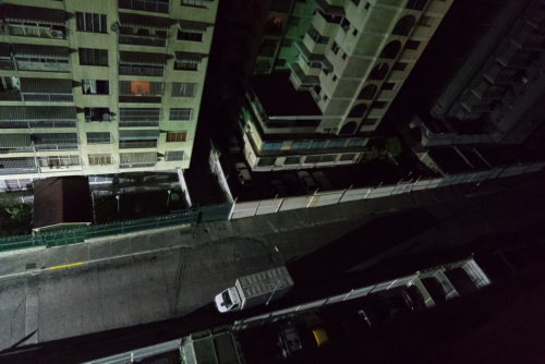 Caracas is the most dangerous capital city in the world, and this without a war. After dark, the city is abandoned. Most shops and restaurants close. Hardly anyone is still on the street. Without light, that was even more noticeable than usual. The streets were swept empty.