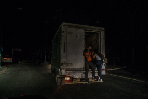 I had to go home the same evening. Fortunately, a friend of a friend gave me a ride. On the way we passed hundreds of caraceños walking along the roadside. They were stranded in the darkness because the subway and buses had ceased operations.